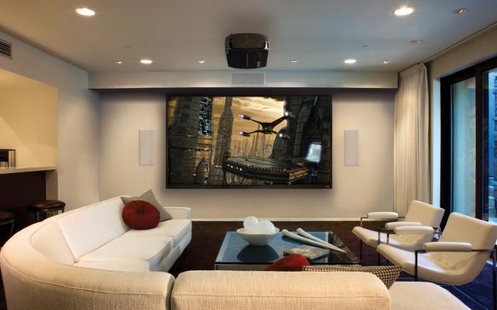 Плазменная панель, которая является акцентным элементом не только в зоне для просмотра телевизора, но и во всей гостиной.