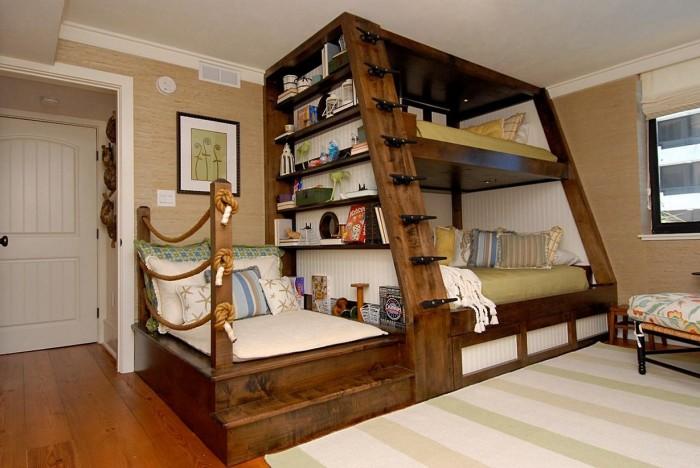 Совмещение двухуровневой кровати и места для отдыха.