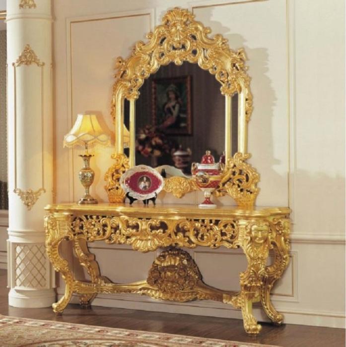 Позолоченный туалетный столик с зеркалом для настоящих аристократов.