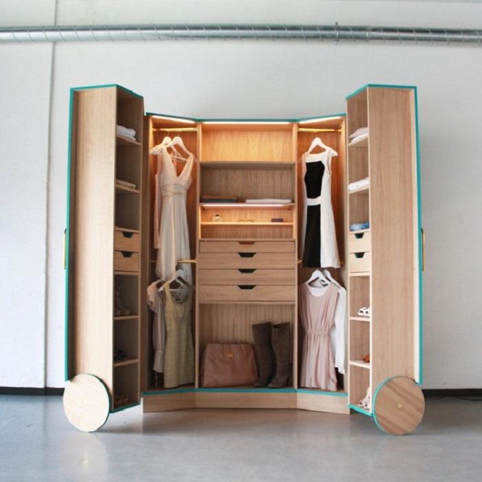Универсальный и ультрасовременный шкаф-гардероб на колесиках.