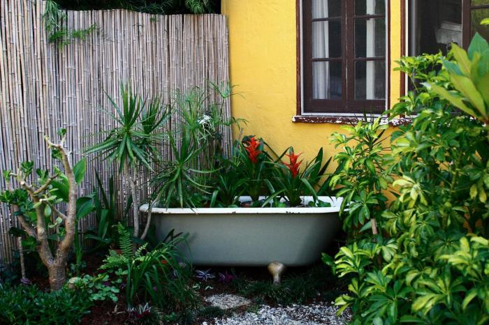 Старая ванна, которую не хочется реставрировать, может обрести новую жизнь в виде необычной грядки для многолетних цветов и растений.