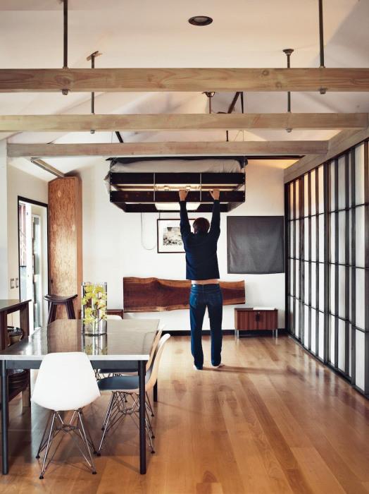 Подвесная кровать с механизмом подъема, которая способна сделать эксклюзивным любой интерьер.