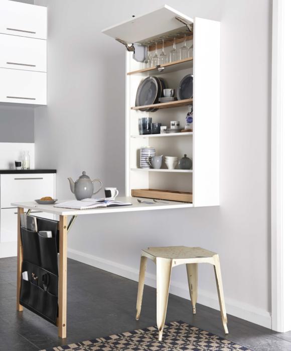 Шкаф, который легко трансформируется в стол может заменить половину кухни.