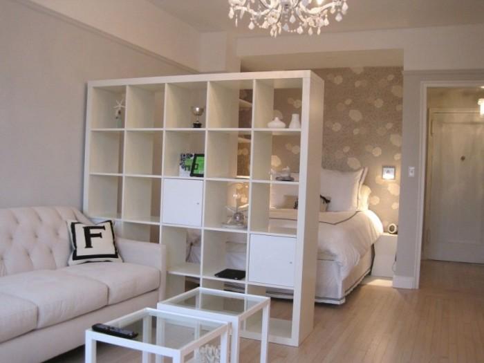 Деревянный стеллаж-перегородка между спальней и гостиной.