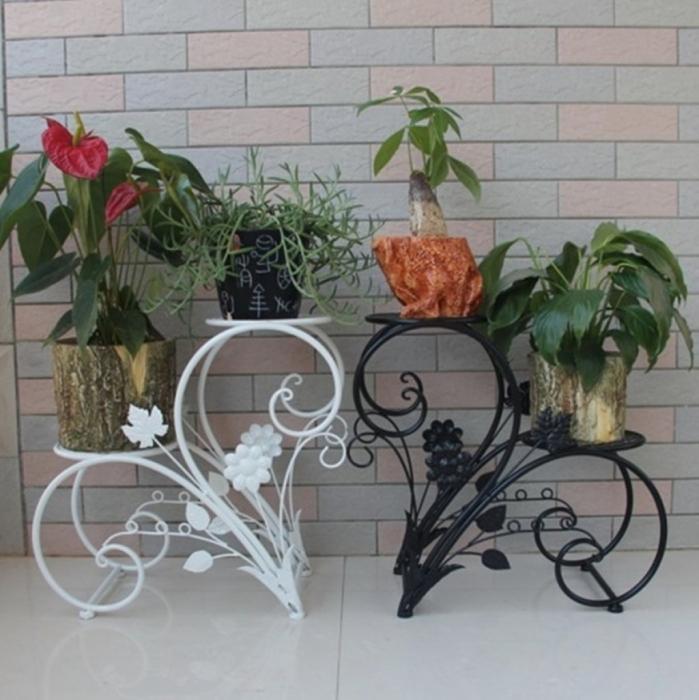 Кованые металлические подставки, которые подчеркивают изящество цветов.