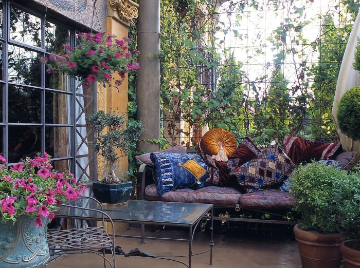 Приятную атмосферу внутреннему дворику придадут растения и правильно подобранная мебель.