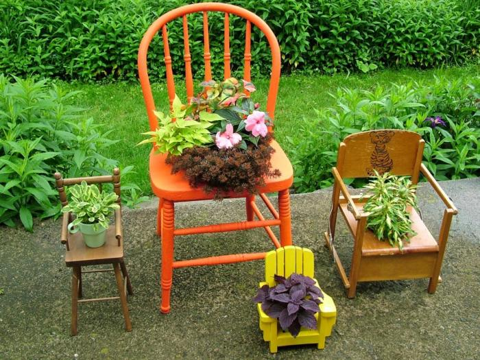 Старые стулья можно использовать как подставки для цветочных горшков.