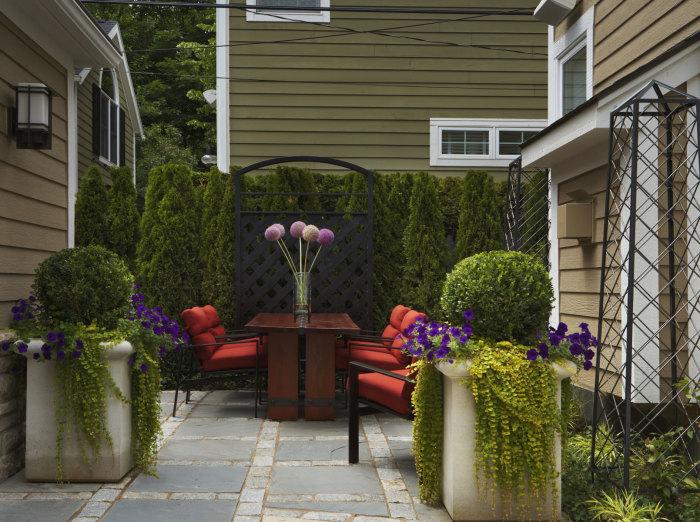 Мебель в саду первоначально бросается в глаза и подчеркивает его стиль.