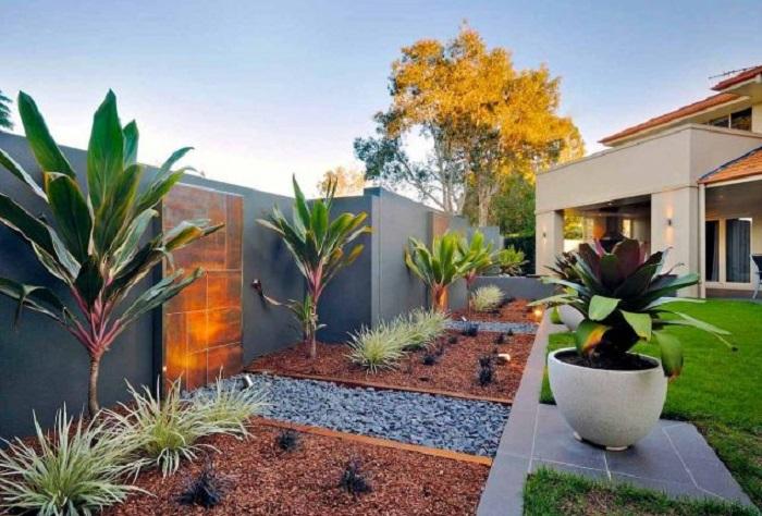 Декоративные камни и цветная галька позволяют создавать фантастические декорации на территории дачного участка.