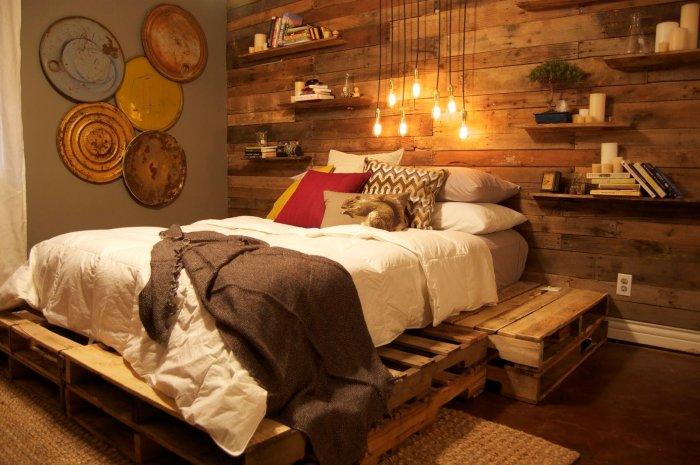 Мебель, выполненная из паллетов, оптимально подходит для размещения в спальной комнате.