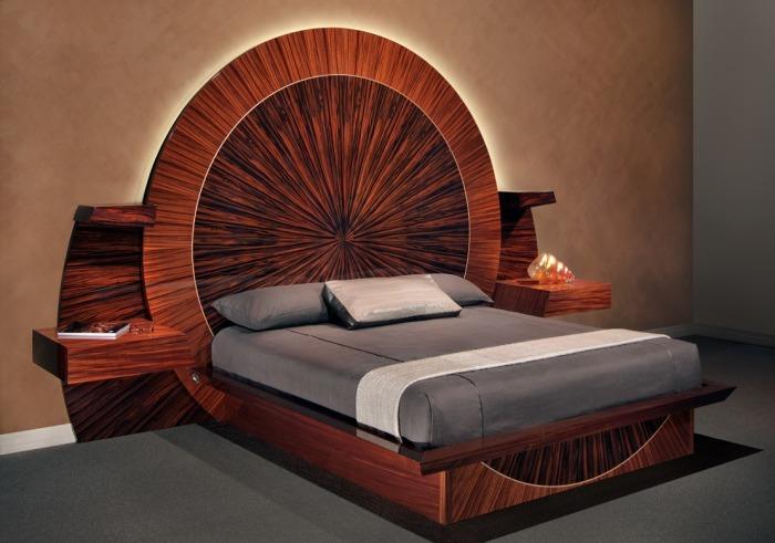 Модная кровать с круглым изголовьем из дорогой древесины сделает спальную комнату комфортной и смелой.