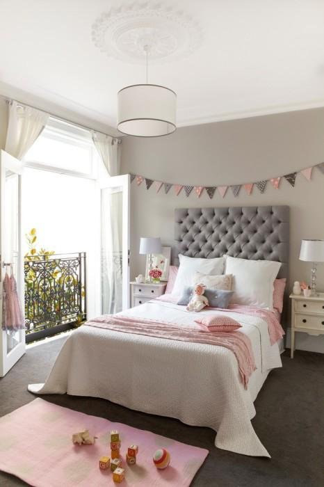 Натуральное освещение и серо-розовый оттенок в современном интерьере спальной комнаты.