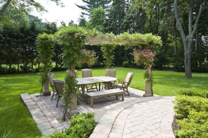 Летнее патио в саду под решётчатым навесом - отличная альтернатива гостиной комнате.