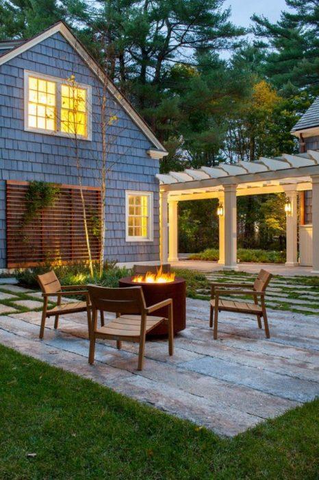Чудесная прямоугольная площадка для летнего отдыха, вымощенная деревянными рейками.