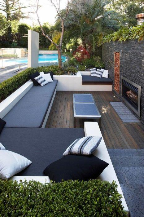 Дачное патио с деревянным полом и мягкими диванами для долгих посиделок всей семьей.