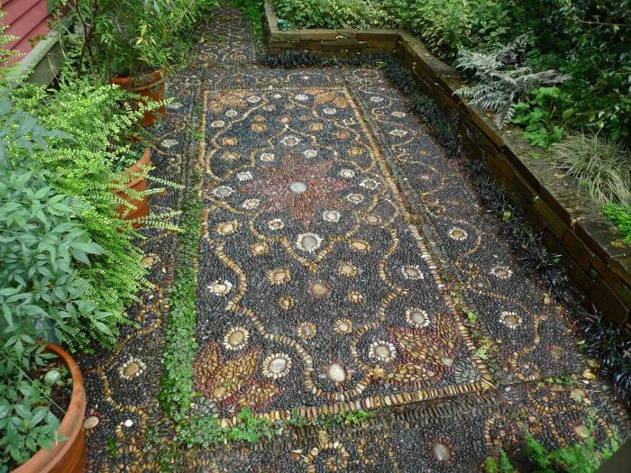 Оригинальная дорожка из натуральных камней, выложенных в необыкновенную мозаику.