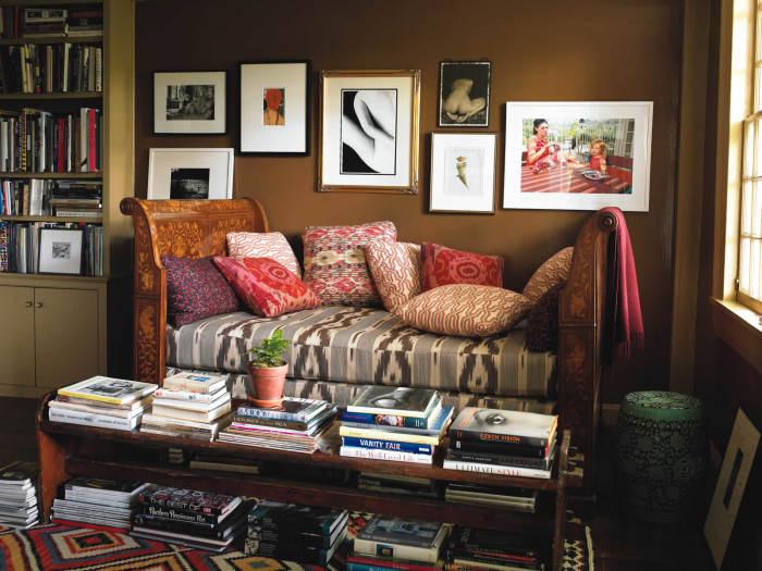 Картинная галерея в современном интерьере гостиной комнаты.