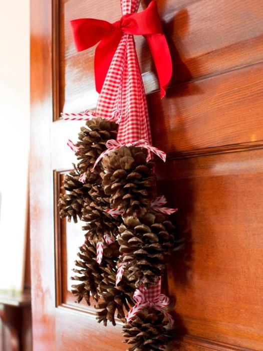 Шишка на ленте - самый просто вариант поделки для новогоднего интерьера.