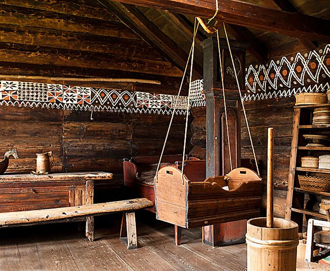 Деревянная подвесная кровать для ребенка гармонично сочетается с интерьером в стиле кантри.