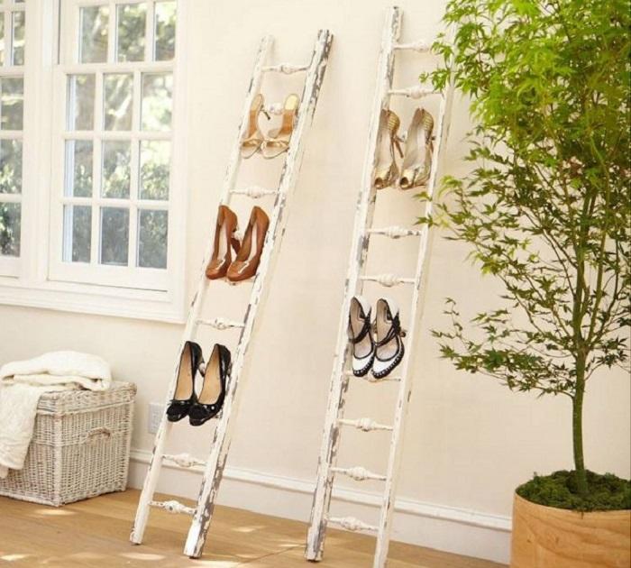 Полка для обуви из старой деревянной лестницы.