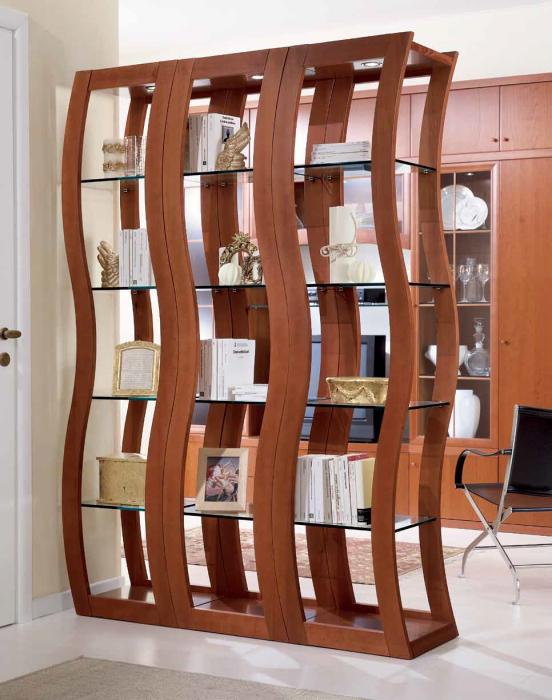 Волнистая конструкция классического деревянного стеллажа, разделяющего межкомнатное пространство.