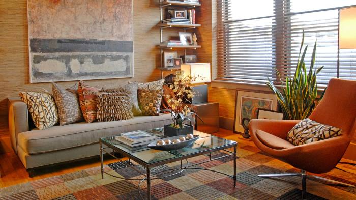 Стеллаж в углу комнаты - это хорошее решение при декорировании пространства гостиной.