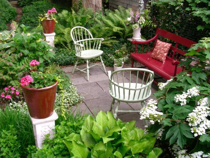 Садовая мебель, отлично гармонирующая с ландшафтным дизайном загородного участка.