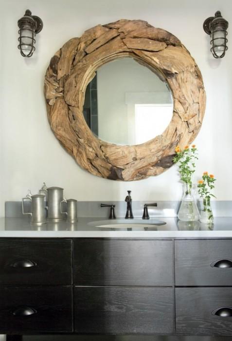 Рама для зеркала в ванной комнате, которая выполнена из крупных деревянных опилок разной формы и размера.