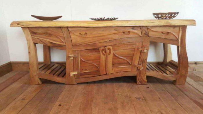 Необычный деревянный комод.