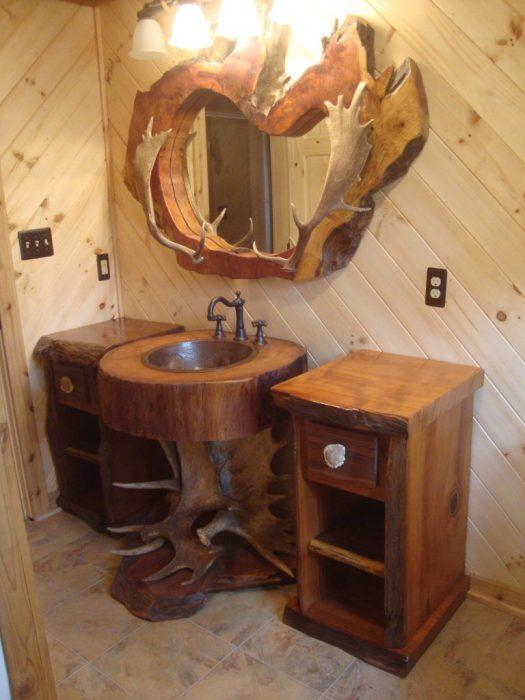 Оригинальный дизайн ванной комнаты с деревянной мебелью.