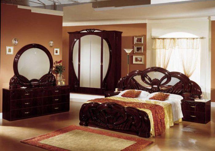 Уютная, но в тоже время строгая обстановка в спальне.