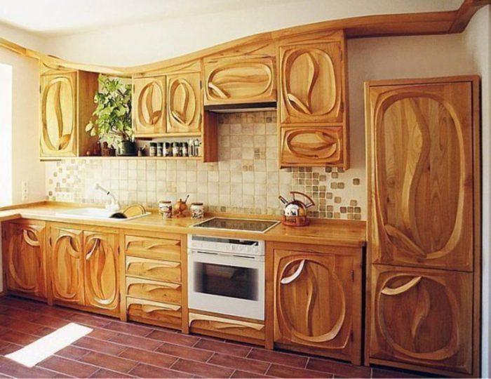 Нестандартный дизайн кухни из дерева.