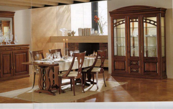 Стильный интерьер кухни с классическим оформлением.
