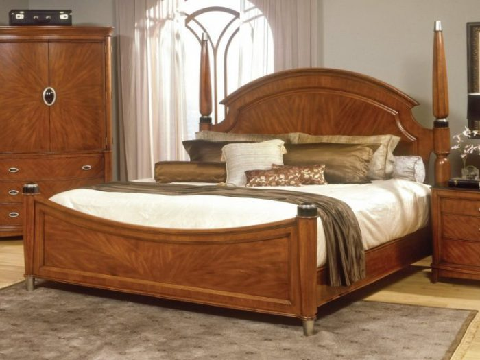 Двуспальная кровать с деревянным каркасом.