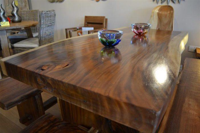 Стол, выполненный из цельного массива древесины.