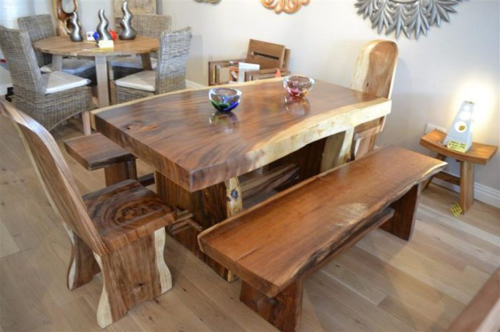 Столы, стулья и лавки из натурального дерева.