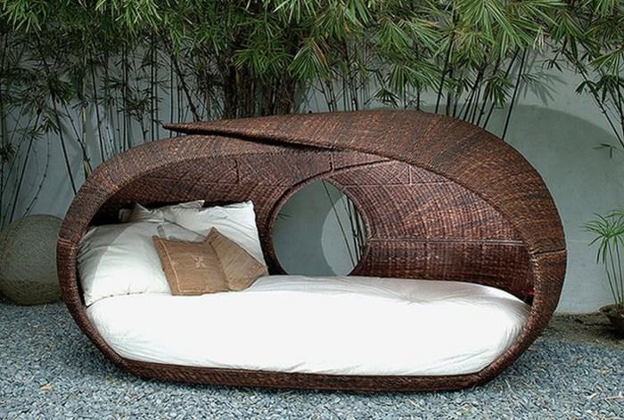 Удобная кровать, которая станет настоящим украшением в саду.