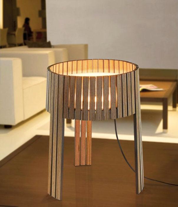 Напольный светильник из деревянных реек, который станет центральной достопримечательностью гостиной комнаты.