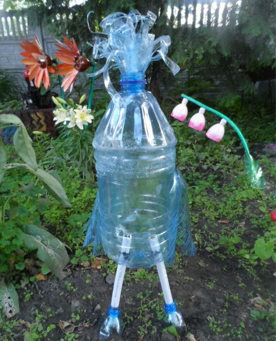 Симпатичная фигура на территории садового участка созданная из пластиковых бутылок.