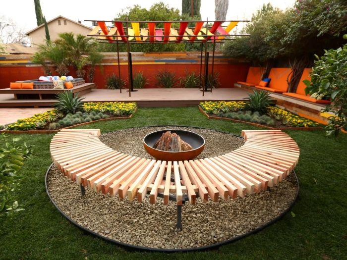 Полукруглая скамья, которую можно смастерить из деревянных досок, прекрасно подойдет для обустройства зоны отдыха.