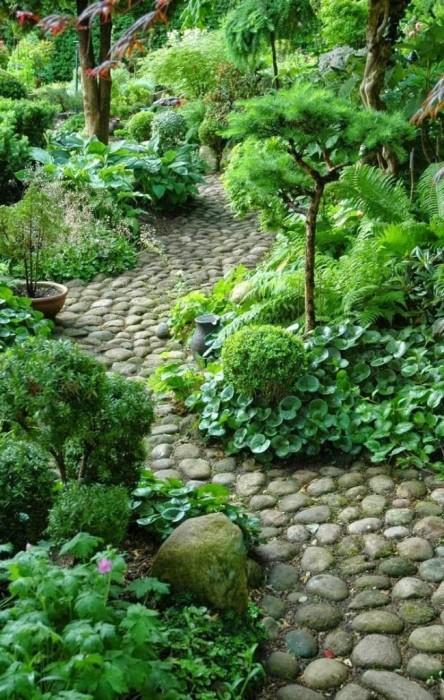 Садовая дорожка из натурального камня отлично впишется в традиционный восточный стиль ландшафтного дизайна.