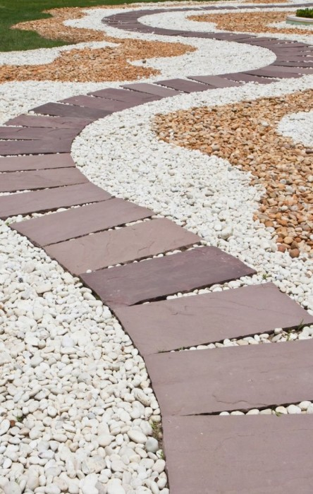 Ландшафтный дизайн, в котором отлично сочетается галька и искусственный камень.