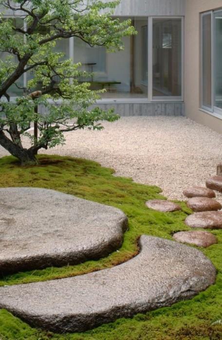 Садовая тропинка из натурального камня в традиционном японском стиле.