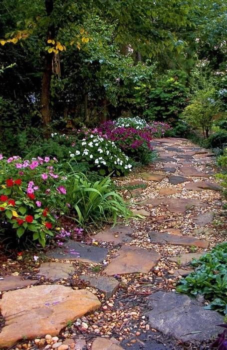 Для создания максимально природной дорожки в саду чаще всего применяется натуральный камень.