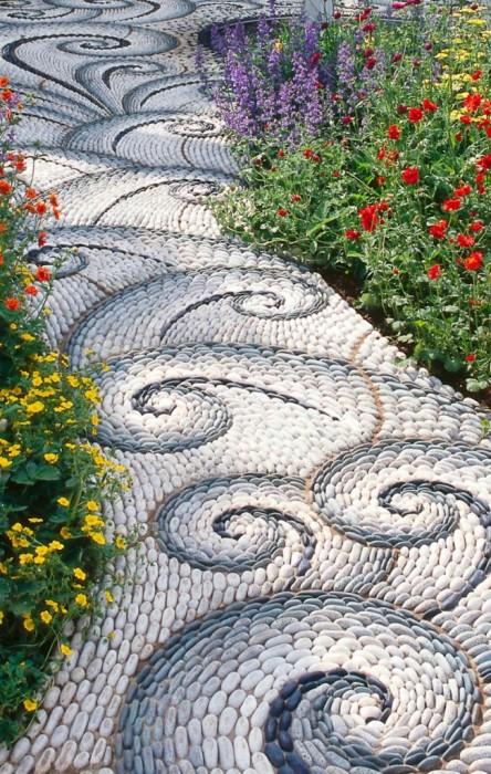 Галька разных оттенков и размеров позволит создать сказочную садовую тропинку с красивыми узорами.