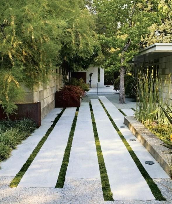 Необычная садовая дорожка из длинных прямоугольных бетонных плит.