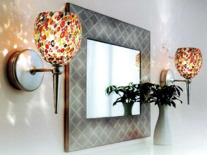 Два светодиодных светильника с яркими плафонами в современном интерьере.