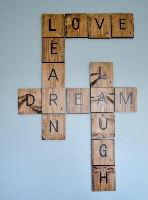 Разгаданный на стене кроссворд на деревянных брусках.