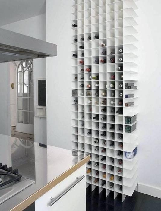 Интересный светлый стеллаж на которой разместились бутылки с вином, украшает интерьер кухни.