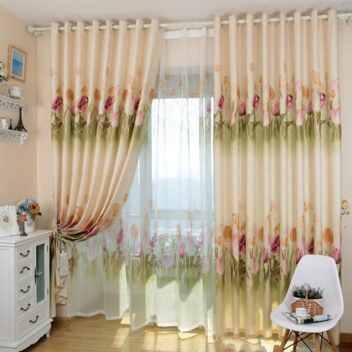 Кремовые шторы с цветами в интерьере комнаты.